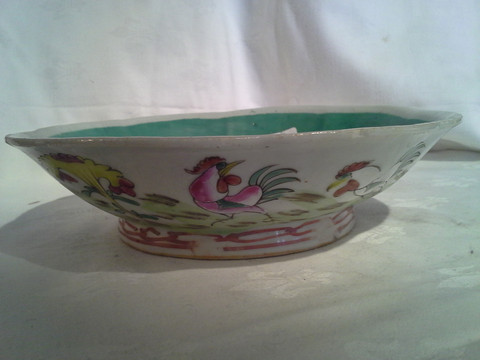 Chinese export pottery bowl painted with roosters